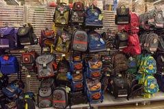 学校背包在商店 库存图片
