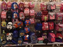 学校背包在商店 免版税图库摄影