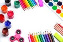 学校背景 色的铅笔、笔、在白色学校的和学生教育隔绝的痛苦、纸 图库摄影