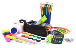 学校背景 色的铅笔、笔、痛苦、纸学校的和学生教育在白色 免版税库存图片