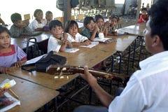 学校课程的危地马拉人Ixil印地安孩子 免版税图库摄影