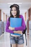学校走廊的女性高中学生 库存照片