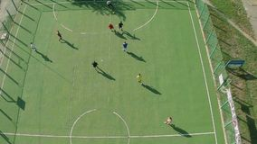 学校踢橄榄球,活跃休息的学院队鸟瞰图  股票录像