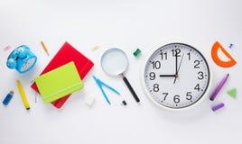 学校辅助部件和壁钟在白色背景 库存照片