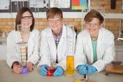 学校画象在实验室哄骗做一个化工实验 库存图片