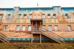 学校facede在Barentsburg,斯瓦尔巴特群岛 库存照片