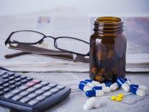 医学瓶、药片和财务数据 免版税库存图片