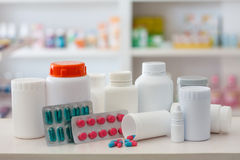 医学瓶和药片的构成与药房商店 免版税库存图片
