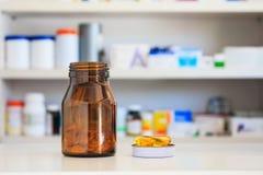 医学瓶在药房商店 免版税图库摄影