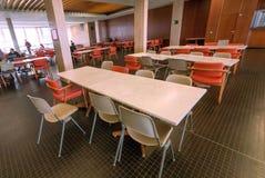 学生、饥饿的读者和皇家图书馆的里面餐厅的表 库存图片