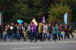 学生、年轻人和妇女,在街道上的步行 免版税库存图片