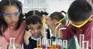学生下降某事入五颜六色的管,在实验室 股票录像