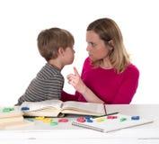 年轻学生不要学会,他面对威胁他的他的母亲 免版税图库摄影