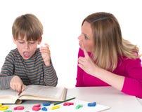 年轻学生不要学会,他面对威胁他的他的母亲 免版税库存照片