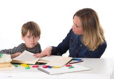 年轻学生不要学会,他面对他的母亲 库存图片