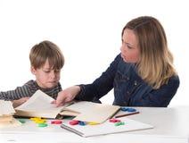 年轻学生不要学会,他面对他的母亲 免版税库存图片