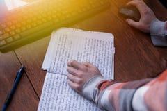 学生与一个笔记本和一台计算机一起使用在桌面上 免版税库存照片
