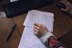 学生与一个笔记本和一台计算机一起使用在桌面上 库存照片