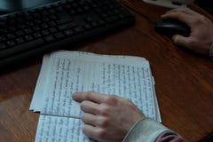 学生与一个笔记本和一台计算机一起使用在桌面上 免版税库存图片
