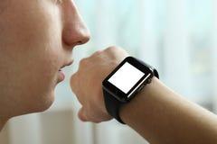 学生与一块巧妙的手表讲话 免版税图库摄影
