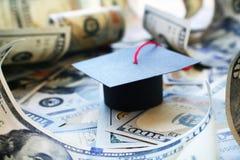 学生与毕业盖帽的贷款负债在金钱Barrowed 库存照片