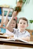 学生举起他们的现有量 免版税图库摄影