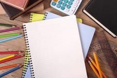 学生书桌空白开放笔记本,学习,家庭作业概念,拷贝空间 库存图片
