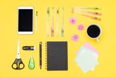 学生书桌舱内甲板位置 工作空间桌顶视图用早晨咖啡、智能手机和文具,办公用品 库存照片
