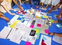 学生了解研究概念的同学朋友 免版税库存图片