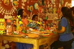 学生卖孟加拉新年节日主题、面具、吉祥人和美好的工艺 免版税库存图片