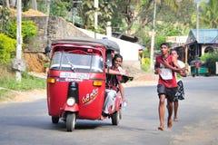 学生参加地方马拉松在斯里兰卡 免版税库存照片