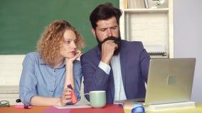 学生和个别辅导的教育概念 夫妇户内大学生画象  检查在学院 年轻男性 影视素材