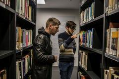 学生和读者在洪堡大学图书馆里在柏林 免版税库存图片