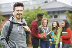 学生团体画象在学院大厦之外的 免版税库存图片