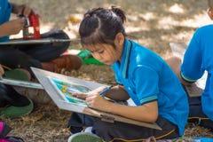 学生图画在庭院里 免版税图库摄影