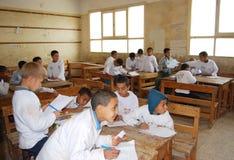 学生在一个教训期间的教室在学校 免版税库存图片