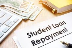 学生在书桌上的借款偿还形式 库存照片