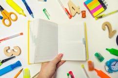 学生在他的手上拿着一个黄色笔记本 文教用品 学校书桌 赞誉 背景黑名册概念copyspace学校 奶油被装载的饼干 STI 库存照片