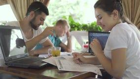 学生在咖啡馆工作,一个年轻人睡着了 股票录像