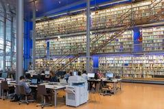 学生在技术大学德尔福特, Netherlan图书馆里  库存照片