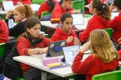 学生在教室唱技术 库存图片