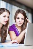 学生在教室-年轻人相当女性大学生 免版税图库摄影
