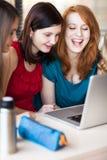 学生在教室-年轻人相当女性大学生 免版税库存照片