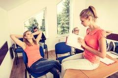学生在断裂期间的教室 免版税库存图片