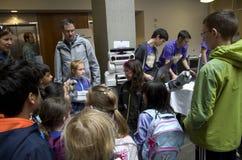 学生在科学展览的实地考察在学院校园里 免版税库存图片