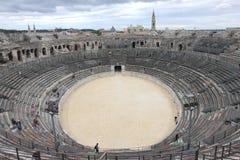 学生在罗马圆形剧场,法语Nîmes 库存照片