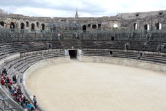 学生在罗马圆形剧场, Nîmes,法国 免版税图库摄影