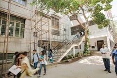 学生在艺术学院附近大厦走  库存照片