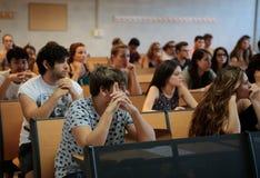 学生在他们最后的夏天检查期间的教室 免版税库存照片