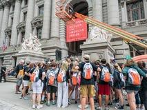 学生在Americ的国家博物馆的前面游览小组 免版税库存照片